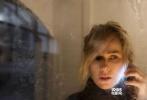 """近日,由娜奥米·沃茨主演的影片《禁闭》曝光了新海报,在这张黑白色调的新海报中,娜奥米·沃茨在黑暗密闭的空间里透过仅有的缝隙看着外面,可以看出,她所在的位置应该是在房间的柜子里。这张以娜奥米·沃茨为主的影片海报虽然会出现正式的片名,但是一个单词""""oppression""""道尽了娜奥米·沃茨的苦恼状态。"""