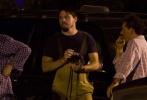 日前,由史蒂文·索德伯格执导的新片《神偷联盟》(Logan Lucky)曝光一张最新片场照。照片中,身穿赛车手服装的塞思·麦克法兰与塞巴斯蒂安·斯坦现身,两人面对面站立,眼神对视。导演则在两人中间半蹲观察两人对戏。