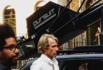 """《变形金刚5:最后的骑士》(以下简称《变5》)剧组近日一直在伦敦热拍,推特上曝光一组最新片场照,""""大黄蜂""""、""""热破""""现身伦敦繁华街道,老戏骨安东尼·霍普金斯再一次亮相。影片在白金汉宫附近拍摄,英国的秋景幽深而静美,很适作为影片的背景。"""