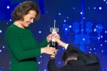 西格妮·韦弗获终身成就奖 获跪地献奖杯开心落泪