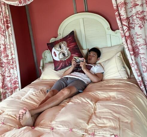 陆毅躺床玩手机长腿抢镜鲍蕾调侃其小公主