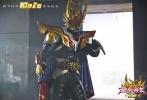 """国产真人动漫英雄大电影《铠甲勇士捕王》已于10月2日全国公映,""""铠甲勇士""""再次一展身手,受到少年儿童追捧。片方特别发布""""正邪终极PK""""精彩片段,铠甲捕王与阎神的终极对抗热血开启。"""