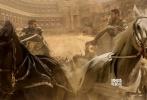 """《宾虚》(Bun-Hur)""""双十""""10月10日重磅上映。片方也同步发布了一款重磅视频,将新版《宾虚》与1959年电影版本的镜头混剪,绘制出这场复仇大戏的故事轮廓。宾虚与米撒拉兄弟相爱相杀的情义,五年为奴海难求生的残酷,罗马人残暴酷烈的统治,民众对于荣誉与胜利的崇拜,短短1分54秒的视频,引领观者穿梭时空回归经典,领会《宾虚》五十七年不变的永恒魅力。在经典情怀氤氲下,电影《宾虚》的五大看点提前曝光。"""