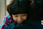 """近日,定档11月4日上映的合家欢影片《非常父子档》曝光了一组加拿大籍混血萌娃文梅森的剧照,并发布了一款最新预告。文梅森此次饰演一位跨洋过海来到中国寻找捐精老爸的机灵鬼,演绎了一段征服高冷老爸的萌暖故事。作为文梅森首登中国大银幕的重磅作品,《非常父子档》让许久未见到他的粉丝们惊呼""""没想到梅森都长这么大了""""""""好想生一打这样的萌宝""""。这个""""国民儿子""""俘获了无数妈妈粉们的心,她们纷纷表示太期待小宝贝的新作了。"""