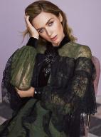 艾米莉登《InStyle》11月封面 长裙拖地知性优雅