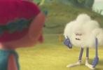 """由中国电影集团公司进口,中国电影股份有限公司发行,美国梦工场动画出品的3D动画大作《魔发精灵》近日曝光了一支爆笑的""""浮云片段"""",讲述了""""精灵营救小分队""""波比公主(安娜·肯德里克 配音)和布兰(贾斯汀·汀布莱克 配音)在冒险旅途中遇到的一朵自恋的中二""""浮云""""云哥,从而发生的一系列尴尬又搞笑的无厘头事件。"""
