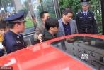 10月18日,王宝强离婚案开庭,当事人王宝强与律师乘坐红色轿车现身法院。王宝强架黑超低头现身看上去十分疲惫。