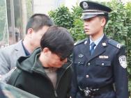 王宝强现身法院 架黑超显疲惫特警群众围满现场