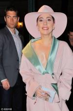 Lady Gaga贵妇范儿十足 深V大衣真空上阵秀半球