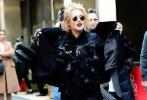 蕾哈娜近日现身《八大罗汉》纽约拍摄现场,衣着走混搭风的她一脸无所顾忌的样子,显得十分豪放。早前凯特·布兰切特和桑德拉·布洛克也曾亮相,两人衣着时尚如同在拍摄大片,特别是布兰切特,一身复古墨绿丝绒西装秒杀全场,眼神更是非常犀利。