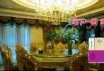 """10月31日,近日,曹云金做客电视节目,展示了自己三层豪宅内景。图中看出曹云金家并不是传统风格,而是采用中西合璧,打造独具特色的巴洛克式风格。除了内部装修极其豪华之外,曹云金的家居室面积很大,地下一楼是宴会厅,地下二楼还有一个影音室,家中光是厨房就有两个。曹云金坦言,之所以这样设计就是因为自己喜欢做饭,""""其实我是个特别爱生活,爱做饭的人"""""""