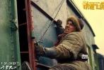 """零下20度,和100吨的火车头拍戏是种什么体验?由成龙领衔主演,丁晟导演,黄子韬、王凯、王大陆、桑平、吴永伦主演的动作喜剧《铁道飞虎》将于12月30日压轴贺岁。今日,片方发布一支""""扒火车""""特辑,成龙率黄子韬、王凯、王大陆等人在零下20度的东北和火车展开了较量。为达到炫酷不失真实的动作效果,成龙对演员动作上的要求格外严格,黄子韬自曝一场跳火车的戏NG到虚脱,王凯和王大陆则笑言在零下20度的环境下打到""""怀疑人生"""""""