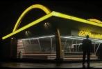 近日,韦恩斯坦公司出品的冲奥新片《创始人》曝光一张新海报,与之前的背面剪影海报不同,这张海报迈克尔·基顿站立在大大的麦当劳logo背景之下,一身浅色西装,成功创始人的模样。该片目前在北美定档2017年1月20日上映,但是在2016年12月16日将小规模上映,为的就是冲击2017年奥斯卡。