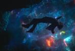 """近日,漫威新作《奇异博士》官方曝出最新剧照,从剧照中我们可以看到,""""卷福""""饰演的奇异博士持神秘法器亮相。在这波新物料中,我们将更清晰的看到奇异博士力量的的来源——阿戈摩托之眼。当然还有博士最爱的魔浮斗篷。"""
