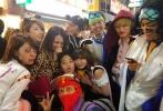 昨日,吴镇宇与其工作室发出一组吴镇宇携费曼,在万圣节同游东京街头的照片。在到处都是角色扮演者的东京街头,吴镇宇虽未着装扮服装,却十分活跃。与身着黄色皮卡丘服的费曼,到处合影留念。在节日的气氛中,父子俩各种搞怪合影,透出别样温馨。