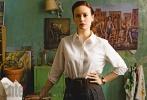 由奥斯卡新晋影后布丽·拉尔森主演的影片《玻璃城堡》于近日首度曝光了影片的剧照。在剧照上,拉尔森所扮演的珍妮特·沃斯一身复古而又知性的打扮,绿色的墙壁和油画,让整个画面看上去显得对比度很大。而在另一张剧照上,伍迪·哈里森和娜奥米·沃茨也携手亮相。