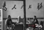 """藏语黑白电影《塔洛》是藏族导演万玛才旦的第五部藏语电影,该片于去年入围威尼斯国际电影节""""地平线""""单元,并斩获了包括金马奖最佳改编剧本等在内的12项海内外大奖,已定档12月9日上映。这将是这位蜚声海内外的藏族导演的作品第一次实现国内""""限量""""公映。"""