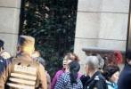 """有网友爆料,数位阿姨在叶璇家楼下举牌抗议,要求支付其拖欠工作。记者立即赶往现场,叶璇位于上海静安区均价12万一平的某高档公寓楼下,两位阿姨举着""""叶小姐,还保姆,血汗钱!""""的标语。"""