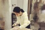"""昨天晚上,李小璐晒出一组自己正在包包子的照片,并称自己""""长得像个面团子。""""李小璐发文说道""""面食确实是我的最爱,谁让我长得像个面团子, 要是哪一天我隐居了,一定开一个面食馆,各种面条包子饺子大馒头!""""看来贾乃亮和甜馨儿比较有口福了。"""""""
