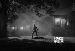 备受关注的《金刚狼3:罗根》于近日再度公布了全新的剧照。新公布的三张剧照依旧是相当不俗的黑白照。其中有两张拍摄于夜晚,金刚狼罗根正站在一栋房子之前,狼爪出窍、略微驼背。而在另一张,则是一个手持水管做武器的男人的特写。