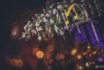张靓颖冯轲将于今日在意大利举办婚礼,欢迎晚宴现场布置遵循古老的中世纪风格,因为古堡本身透露着时代的风华,布置现场没有去刻意改变它的自然风貌,选择当地的花材。