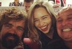 最近几周,《权力的游戏》第七季正在西班牙拍摄中。主演艾米莉亚·克拉克·克拉克和彼特·丁拉基、康雷斯·希尔等作为这部HBO极受欢迎科幻巨制的演员,他们也有一些休闲时光。周日下午,他们在西班牙塞维利亚的桑切斯·皮斯胡安体育场的VIP包间内观看了塞维利亚对战巴萨的足球赛。