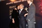 """11月9日,李安及主创一行来到了本次中国巡回宣传的最后一站香港,为新片《比利·林恩的中场战事》带来一场精彩动人的红毯秀。首映礼上李安感言:""""能来到香港我非常开心,我曾经在香港居住过,对这里很有感情。""""香港站首映获得了圈内众好友的鼎力支持,曾与李安导演共同合作《卧虎藏龙》的制片人江志强、摄影师鲍德熹都前来助阵,其中更有产后首次公开亮相的汤唯。汤唯特意赶来支持恩师新片,并与李安导演深情拥抱。二人九年后重逢,动人场面一度将导演""""惹哭""""。博纳影业集团首席运营官陈永雄也"""