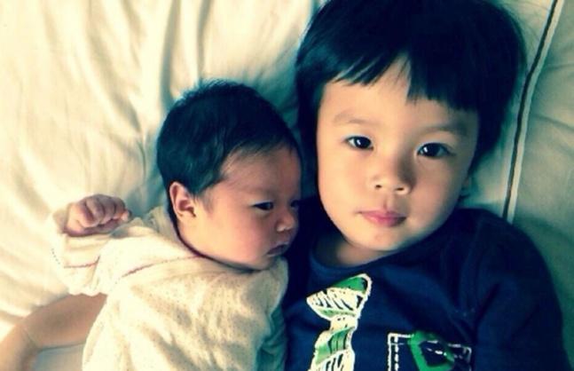 邓超孙俪带儿子游迪士尼庆五岁生日 等等全程获抱