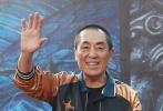 11月15日的北京遇到了难得一见的晴朗,北京的电影圈也遇到了难得一见的大事件。一大早,张艺谋就出现在东三环的国贸,宣布自己参与创办的VR品牌进入新的战略阶段;下午,他便换了一身行头北上颐堤港,率领景甜、鹿晗、林更新和黄轩这几位年轻人,集结《长城》中的五军代表,来了一场声势浩大的雄关点将。露天的红毯和临时搭建的发布会大棚旁边,还有以张艺谋命名的大型艺术展,足见这位大导演的影坛地位。