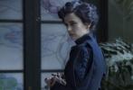 """由好莱坞""""鬼才""""导演蒂姆·波顿执导的《佩小姐的奇幻城堡》即将于12月2日中国内地上映,这部电影是年底最具""""风格化""""的作品,曾雄霸两周全球票房冠军,是年底中国观众最为期待的好莱坞电影之一。蒂姆·波顿擅长打造给大人观看的奇幻童话,其作品非常具有""""风格化"""",拥有不少影迷。"""