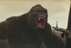 """由华纳兄弟影业、传奇影业、腾讯影业出品的超级怪兽大片《金刚:骷髅岛》(中文暂译名)于今日曝光""""群兽之斗""""预告及金刚海报。预告片中,史上最大金刚终于全面曝光,手撕飞机、对抗火海等精彩镜头极具视觉冲击力;海报中的它同样怒目而视,让人不寒而栗。"""