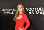 当地时间11月17日,《夜行动物》在美国纽约举行首映,艾米·亚当斯携老公在红毯上秀恩爱,亚当斯一袭红裙身材姣好,丰满上围更是分外吸睛。导演兼著名设计师汤姆·福特一身黑西装帅气逼人,艾拉·费舍深V礼服性感惹火。