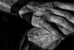 """《金刚狼3》似乎是要将艺术化的宣传照风格延续到底了。近日,片方再发布一张黑白宣传照,""""狼叔""""休·杰克曼双手伤痕累累、褶皱遍布,从手的状态一望而知主人饱经沧桑。从影片曝光片场照、剧照至今,似乎都再不断向粉丝们传达同一种讯息:金刚狼廉颇老矣,他在多次出生入死后,终于精疲力尽。"""