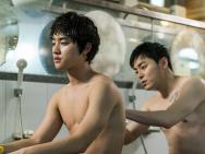 《哥哥》韩国上映 曺政奭都暻秀裸身搓澡剧照曝光