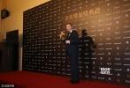 北京时间11月26日,第53届台湾电影金马奖在台北国父纪念馆隆重举行,众多电影人齐聚一堂。图为:最佳导演:冯小刚(《潘金莲》)