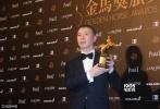 北京时间11月26日,第53届台湾电影金马奖红毯,红毯上星光熠熠,巨星云集。图为:最佳导演:冯小刚