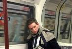周二,奥斯卡影帝埃迪·雷德梅尼又一次出现在伦敦地铁上。当时,小雀斑从伦敦大象城堡站上车乘坐着贝克鲁线。网曝照片显示出,小雀斑穿着优雅的服装,坐在车厢里旁若无人地读报,显得格外亲民。