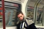 超亲民!影帝小雀斑伦敦地铁看报纸旁若无人