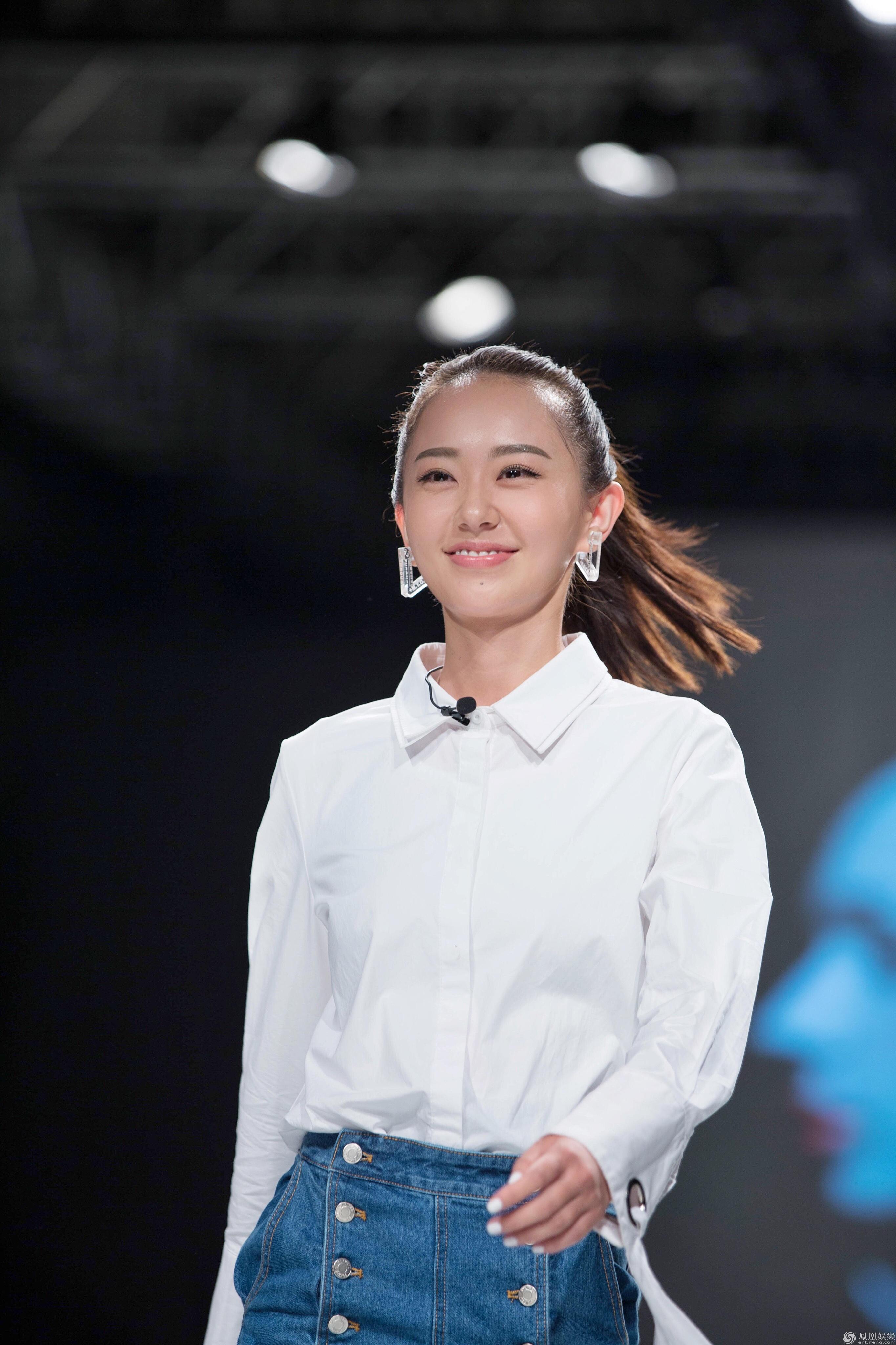 并与最近回归维密舞台的超模刘雯2005年一起参加过新丝路湖南模特大赛