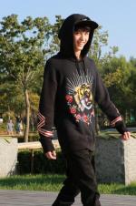 吴磊遛弯晒太阳心情好 自我调侃:给点阳光就灿烂
