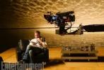 """《银翼杀手:2049》此前曝光了不少剧照,近日《帝国》又发布一张幕后照,导演丹尼斯·维伦纽瓦正在给""""高司令""""瑞恩·高斯林说戏,两人似乎是在调试片中的道具。""""我非常享受拍片的这段时光,但电影很疯狂是真的。""""维伦纽瓦在接受《帝国》采访时分享了拍摄《银翼杀手:2049》的心路历程。"""