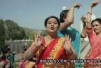"""昨日,一段""""印度大妈挑战中国大妈""""的视频,在网上引起网友热议,竞相评论转发。视频中,印度大妈向中国大妈发起挑战,放话要斗""""广场舞"""",  还用蹩脚的中文说""""不服来战"""",相当搞笑。不过,说起中国大妈吸引印度大妈注意的原因,竟然是成龙新片《功夫瑜伽》里的""""功夫瑜伽舞""""。"""