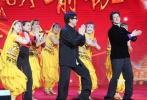 """1月5日,电影《功夫瑜伽》在京举行""""功夫瑜伽舞""""发布会,导演唐季礼携主演成龙、李治廷、母其弥雅、迪莎·帕塔尼、艾米拉·达斯特、姜雯等人亮相。当天,穿着印度舞服饰的广场舞大妈们也前来助阵,隔空与印度大妈尬舞,大妈们见到成龙十分激动,成龙也开心地表示,""""我在她们心中就是小鲜肉。"""""""