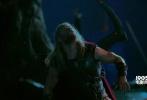 """《雷神3:诸神的黄昏》(以下简称《雷神3》)曝光新剧照,泰莎·汤普森饰演的""""女武神""""与乔夫·高布伦饰演的""""宗师""""出镜,""""宗师""""正襟危坐、蓄势待发,一旁的""""女武神""""瓦尔基里同样屏息以待。这张剧照所呈现的场景虽然没有先前预告中""""绿巨人""""对战""""锤哥""""来得激烈,但同样有趣。"""