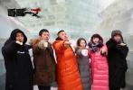 """由姜凯阳编剧导演,聂远、谭凯、于明加、徐露主演的电影《道高一丈》自1月12日开机以来,一直在零下二十多度的哈尔滨进行拍摄。今天,片方组织了探班活动,诸多媒体在哈尔滨经典城市地标冰雪大世界里,见证了影片主演悉数亮相以及片中至关重要的动作场景。与此同时,片方公布了""""杀出重围""""主题海报,展现影片犯罪类型电影的紧张、凌厉风格,影片主演亲自上阵的大量动作场景有望成为最大亮点。"""