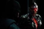 """《正义联盟》英国的补拍地点曝光,在扎克·施奈德退出该片不再担任导演后,乔斯·韦登继任成为该片的执掌者。目前该片还有4个多月便将上映,但补拍工作仍在进行,""""蝙蝠侠""""、""""神奇女侠""""、""""闪电侠""""、""""钢骨""""与""""超人""""、""""海王""""齐聚对抗反派,力挽狂澜拯救地球。"""