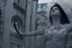 """好莱坞动作奇幻冒险巨制《新木乃伊》即将于6月9日上映,今日影片发布一支""""真实动作""""幕后特辑,曝光了片中惊险动作戏的拍摄花絮。汤姆·克鲁斯此次贡献了超乎想象的动作表演,除了360度旋转撞车、水下搏击木乃伊以及从正在倒塌的大楼跳落等精彩动作场景外,阿汤哥还在25000英尺的高空上挑战零重力坠机动作戏,对此他表示:""""我们想要追求狂野、暴力且自然的动作场面,《新木乃伊》会带给你真实的震撼""""。"""