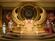 《雷神3》展览 金色王座华丽奢侈怪兽骨架床可怖