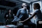 """将于6月16日在中国内地上映的科幻巨制 《异形:契约》(Alien: Covenant)日前发布新预告片,曝光了再次升级的血腥空间。影片由""""科幻之父""""雷德利斯科特执导、""""法鲨""""迈克尔· 法斯宾德(Michael Fassbender)、""""神奇动物""""女主凯瑟琳·沃特森(Katherine Waterston)领衔主演。"""