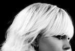 """近日,由大卫·雷奇执导的影片《极寒之城》发布第四支影片片段——""""BLUE MONDAY""""(沉闷的周一)。在这支片段中,查理兹·塞隆饰演的女特工洛林·布劳顿裸身进入满是冰块的浴缸,洗浴完毕,塞隆十分小心警惕,拿起一个玻璃瓶砸向在一旁等待的""""一美""""詹姆斯·麦卡沃伊,并将其按倒在地。塞隆对一美并不信任。"""